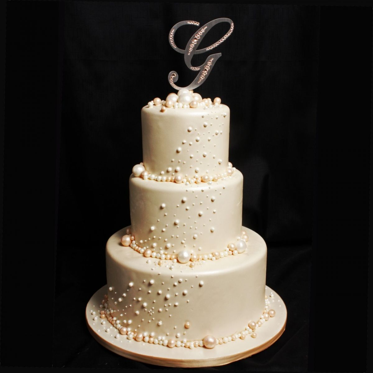 The Extreme Detail Of Hundreds Pearls Is Perfectly Offset With Neutral Color This Elegant Wedding Cake