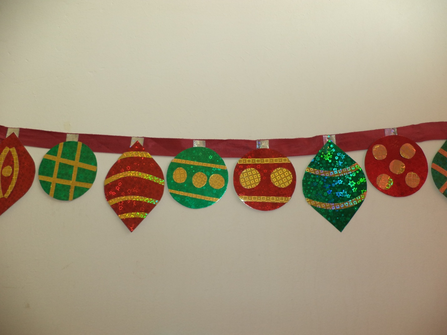 Easy homemade paper christmas decorations - Sparkling Paper Ornaments Banner
